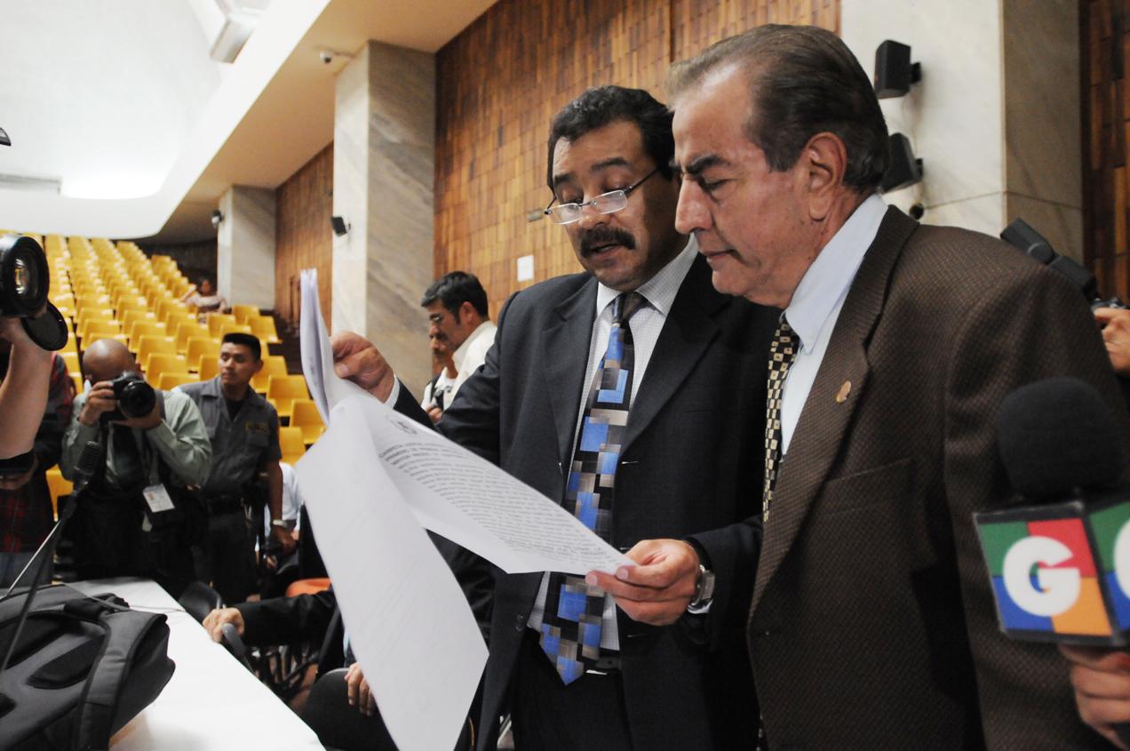 Los abogados de la defensa en el momento en que reciben la notificación. Fotos de Sandra Sebastián.