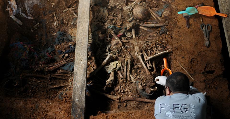 Arqueólogos exhuman la fosa 64, una de las más difíciles por el número y posición de las osamentas.