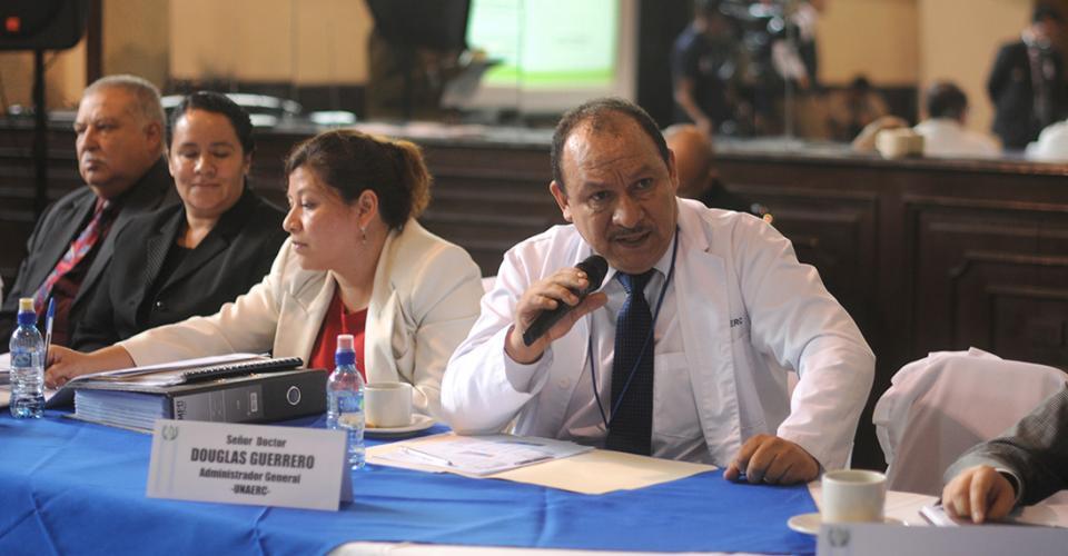 El doctor Douglas Guerrero, administrador general de UNAERC, responde a los cuestionamientos de los diputados de la bancada Encuentro por Guatemala.
