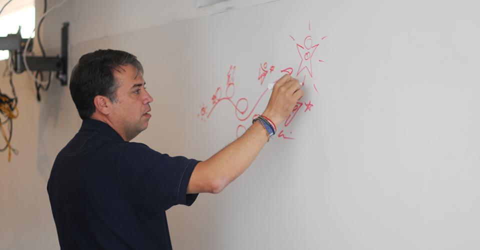 Edwin Escobar escribe su firma antes de dar inicio con la entrevista.