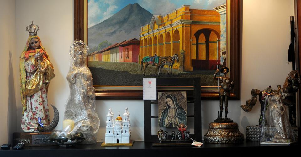 Edwin Escobar tiene en su oficina varias imágenes de la Virgen María y de Jesucristo, entre otros.