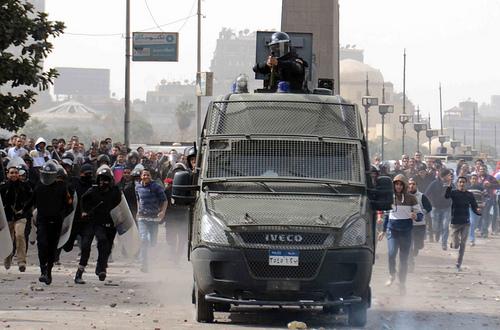 Manifestantes se enfrentan con la policía en la plaza Tahrir de El Cairo en el segundo aniversario de la Revolución del 25 de Enero  Crédito: Khaled Moussa al-Omrani/IPS
