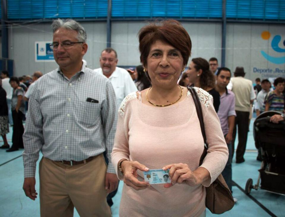 Nineth Montenegro, candidata a diputada por el partido Encuentro por Guatemala, asistió junto al presidenciable de su partido a emitir su sufragio. [Gerardo Del Valle]