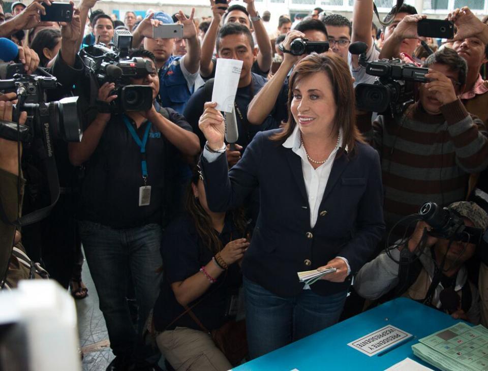 Sandra Torres, candidata a la presidencia por el partido Unidad Nacional de la Esperanza (UNE) muestra la papeleta antes de introducirla en la mesa de votación. [Gerardo Del Valle]