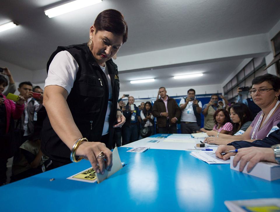 La Fiscal General y jefa del Ministerio Público (MP) llegó al Instituto Centro América a emitir su voto. [Santiago Billy/EFE]