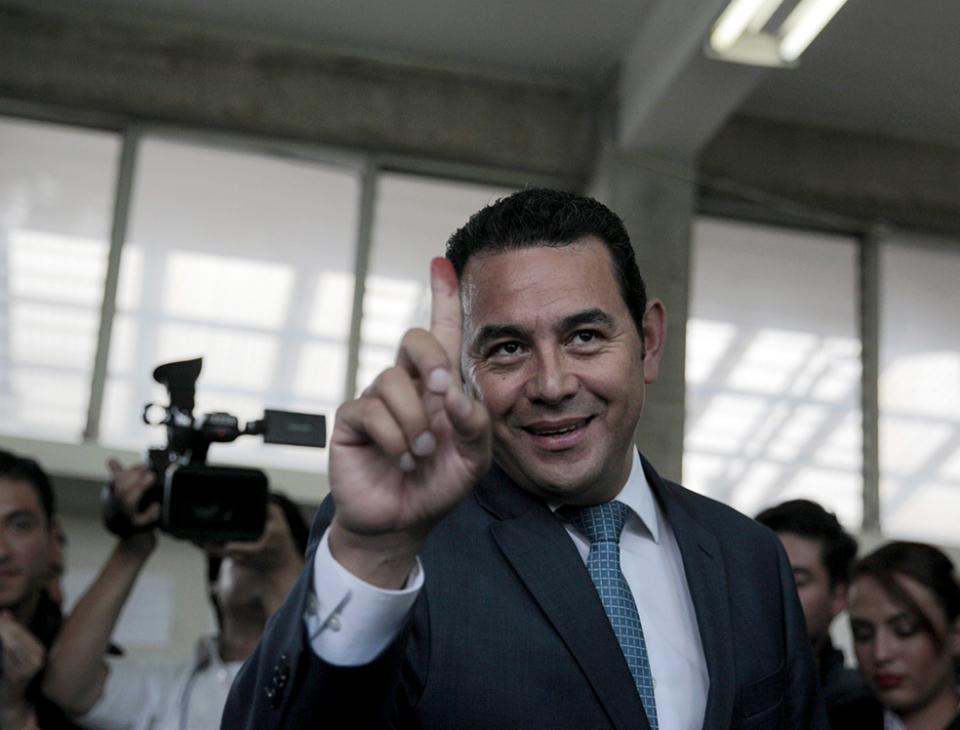 El comediante Jimmy Morales, del partido Frente de Convergencia Nacional (FCN) muestra el dedo como muestra de haber votado. [Esteban Biba/EFE]