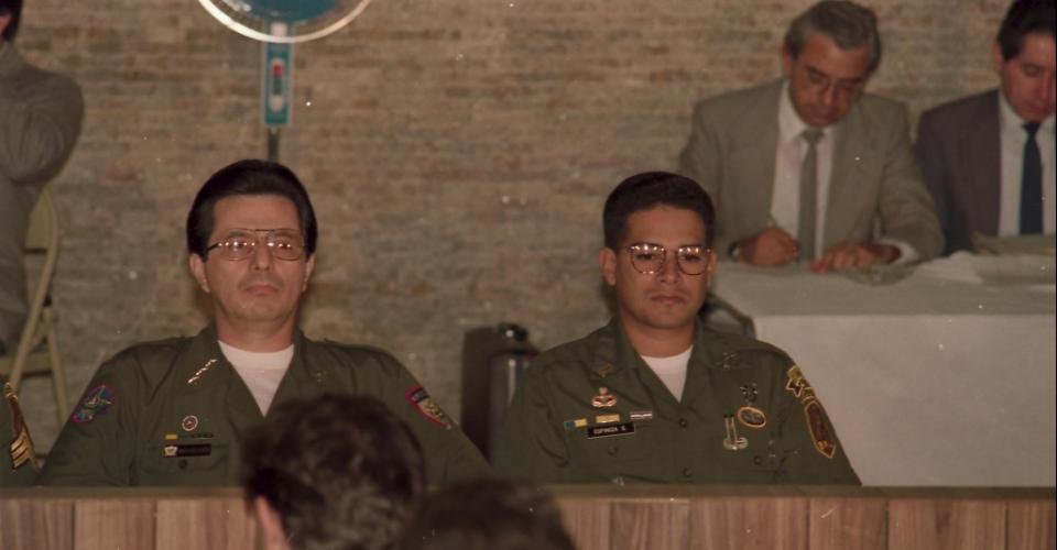 El coronel Guillermo Benavides (izquierda) y el teniente José Ricardo Espinoza Guerra, durante el juicio celebrado en San Salvador en 1991. [Francisco Campos]