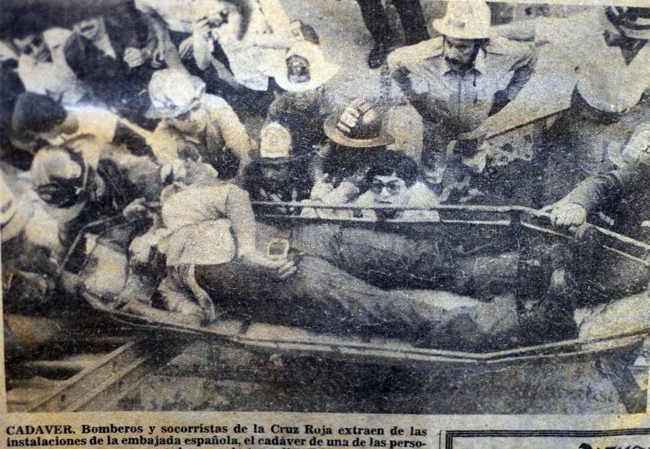 Bomberos y socorristas extraen uno de los cuerpos calcinados en la Embajada de España el 31 de enero de 1980.