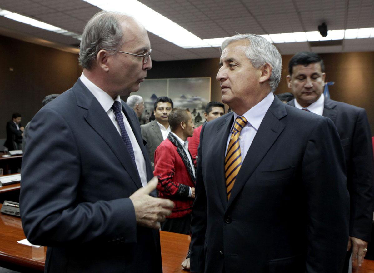 Otto Pérez Molina conversa con uno de los directivos de la hidroeléctrica Palo Viejo. El mandatario fue testigo de honor. Foto de Presidencia.