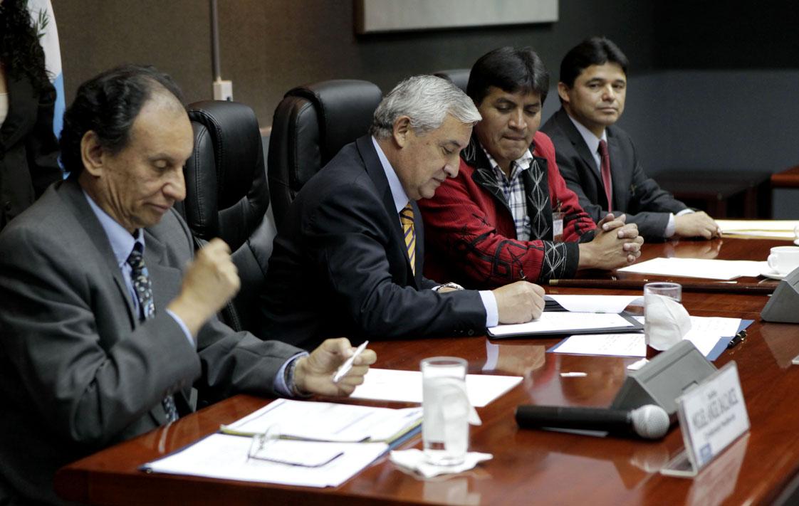 Firma del convenio entre la alcaldía de Cotzal y directivos de la hidroeléctrica Palo Viejo. Pérez Molina fue testigo de honor. Otros representantes de la región ixil no fueron convocados. Foto de Presidencia.