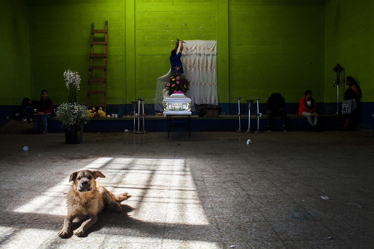 El ataúd de Eduardo Alfredo Ruano Lorenzo en el salón comunal de El Amparo, después del velorio