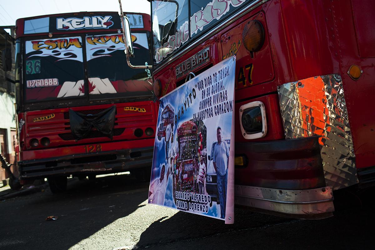 Las camionetas de la ruta 36 adornadas a luto esperan salir del parque de la colonia