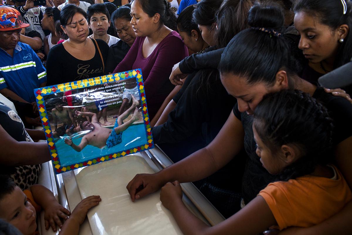 La hermana de Eduardo Ruano participa en el momento de oración colectiva