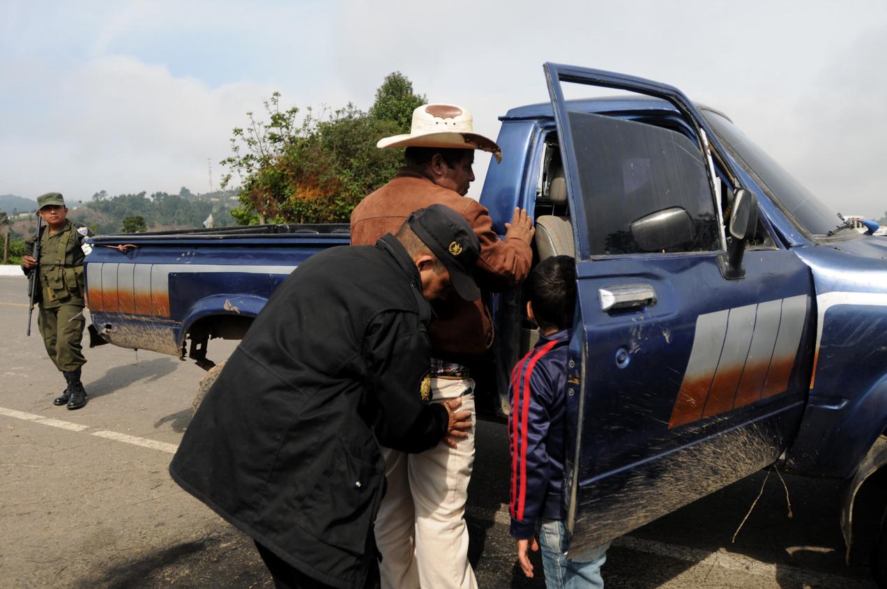Otro objetivo del estado de sitio era que el ejército cooperara con la Policía Nacional Civil y el Ministerio Público para efectuar 53 órdenes de allanamiento y 33 de captura.