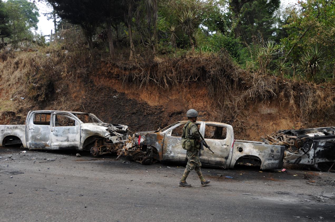 Los restos de las patrullas de la Policía Nacional Civil que fueron quemadas durante la retención de los agentes.