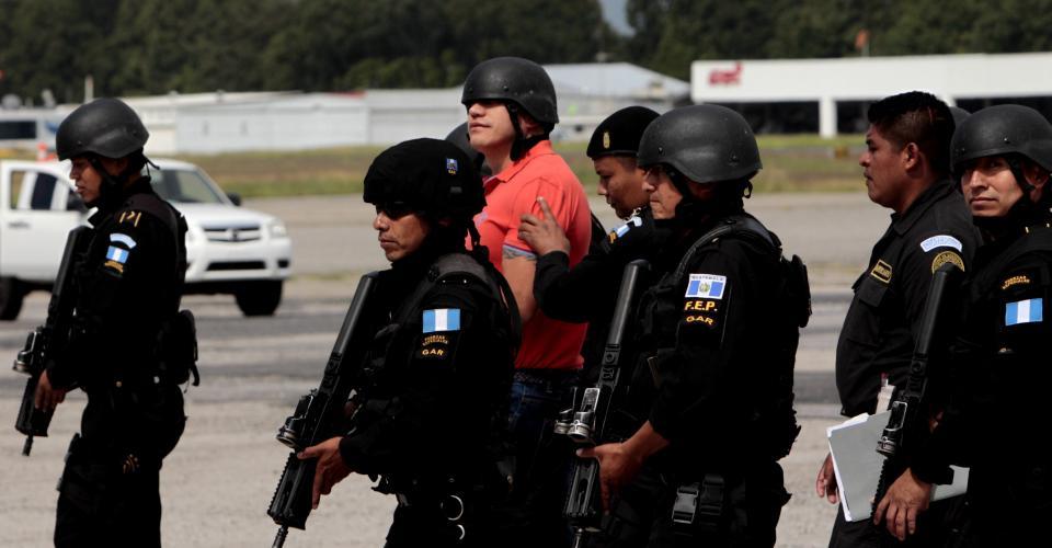 Orellana, guatemalteco, de 37 años, fue trasladado bajo fuertes medidas de seguridad desde el cuartel Matamoros, donde estaba en prisión, hasta el aeropuerto de la Fuerza Aérea, donde fue entregado a agentes de Estados Unidos.