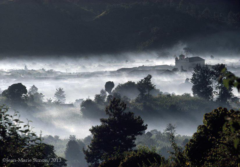 Niebla en Nebaj, Quiché. Pueblo maya bajo ocupación militar.