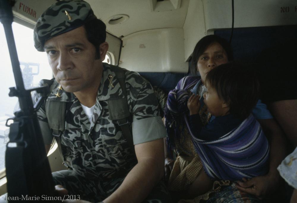 Viuda y huérfanos detenidos y llevados a una aldea modelo en Quiché.