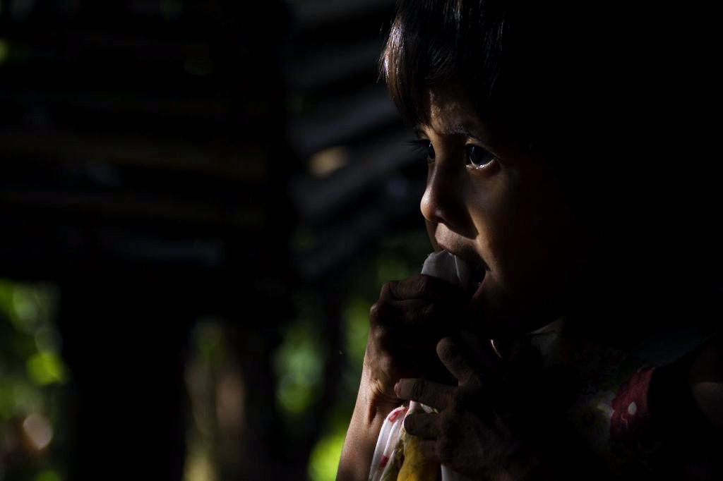 M. come nances con sal. Los árboles alrededor de su vivienda y por los senderos de su caserío proveen las frutas que consumen los menores de toda su aldea.