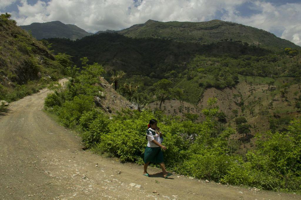 """El camino principal al caserío El Cañón, en la aldea Ticipe, de Camotán. Siete kilómetros de terracería en los que se necesita tener un vehículo de doble tracción para transitarlos. """"En una hora se llega a la carretera"""", dice una vecina. """"Con un niño enfermo, terciado en la espalda, bien se hacen dos"""", sostiene."""