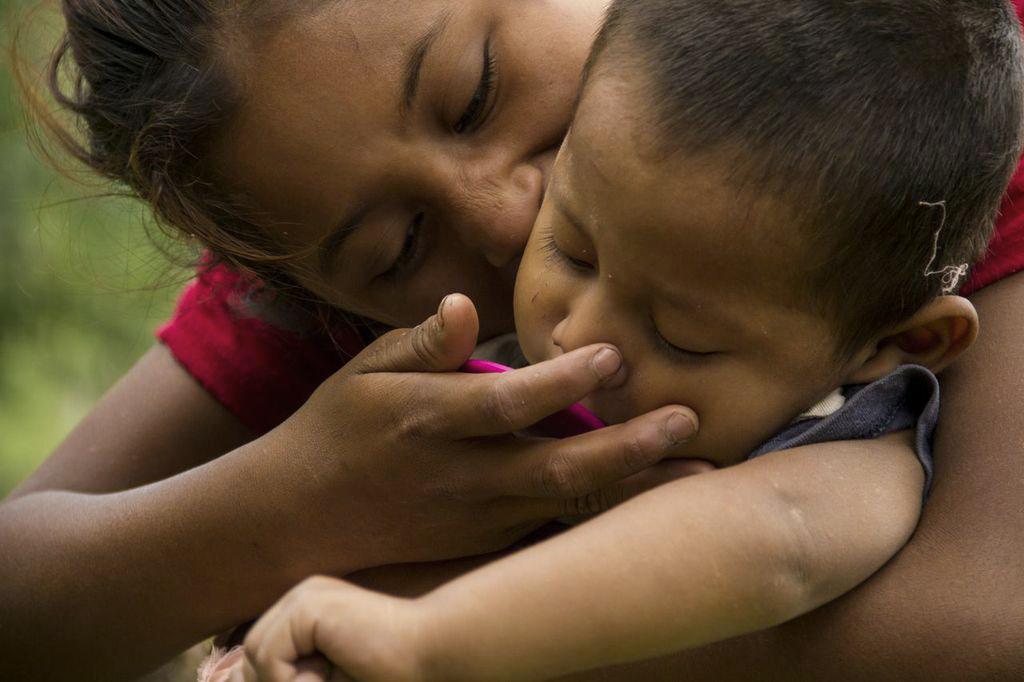 """Una prima de L.M. cuida a uno de los menores de la familia. Con apenas 10 años, crece al lado de sus siete primos con obligaciones maternales. La niña ya se acerca a la edad de """"merecer"""", de casarse con un hombre que la provea de casa y alimentos; y reste presión a las necesidades que vive su familia."""
