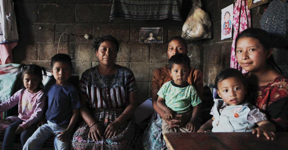 Florinda Majzul y su familia en el interior de su casa.