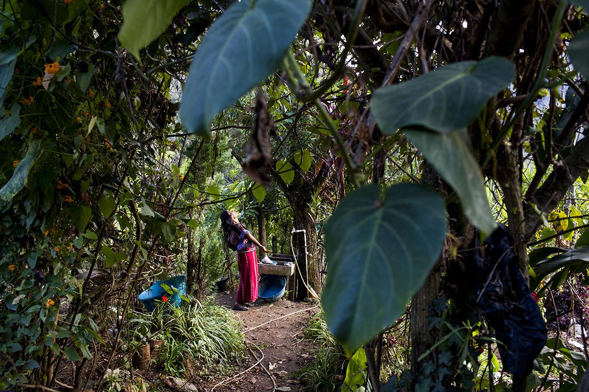 Feliciana Bernal Chávez, 66, se seca el pelo en el patio de su casa, en el caserío Visajvillá, Acul, el día anterior la inhumación de su hijo Diego.