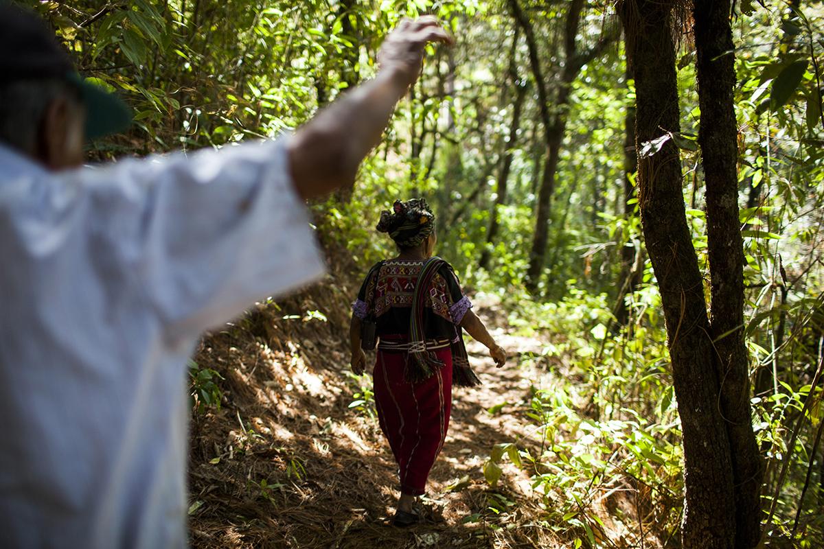 En camino para llegar a la carretera que une Acul con Nebaj, don Pedro señala el cerro La Joya, el refugio en la montaña donde la familia se escondió de los ataques del Ejército durante tres años.