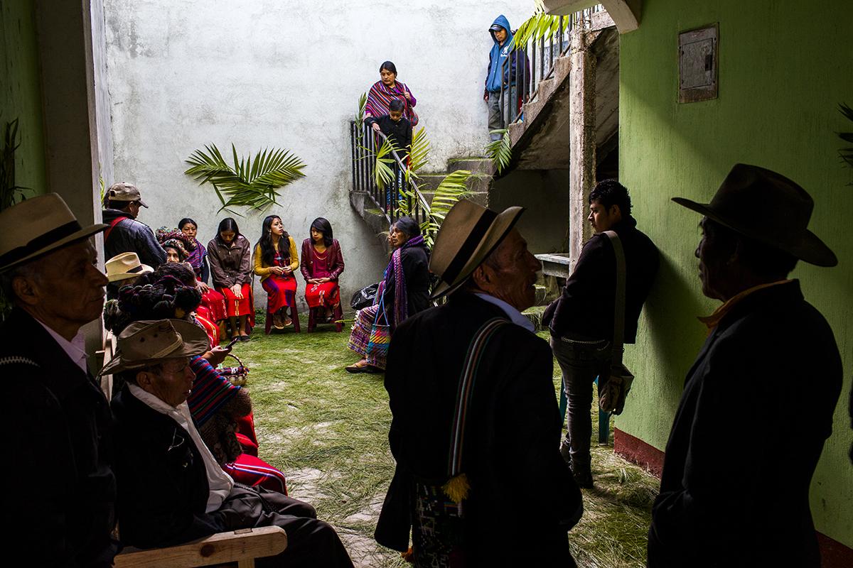 En la sede del Movimiento de Desarraigados, en Nebaj, los familiares de las víctimas de Xexuxcap se reúnen desde las primeras horas de la mañana esperando recibir los restos de sus seres queridos.