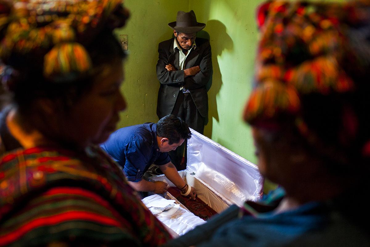 Los restos de Cecilia Matóm Brito son recompuestos por un miembro de la Fundación de Antropología Forense de Guatemala (FAFG) bajo la mirada de sus familiares. Cecilia, de 3 años, murió por bombardeos del Ejército en la montaña de Xexocoma. Su hermana Ingracia, de 4 meses, falleció una semana después. De ella no se encontraron restos.