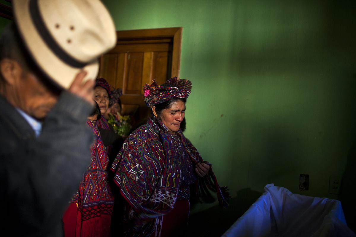 Juana Solís de León llora frente al ataúd de su hermana Jacinta, fallecida en la montaña a la edad de 29 años, en el 1982. A la par, el hermano Rafael.