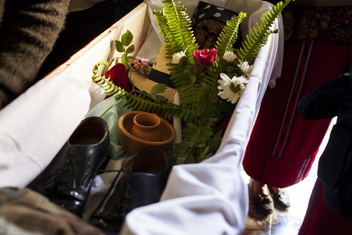 Sombrero y zapatos nuevos acompañan a los restos de Domingo Solís Bacá antes de su entierro.
