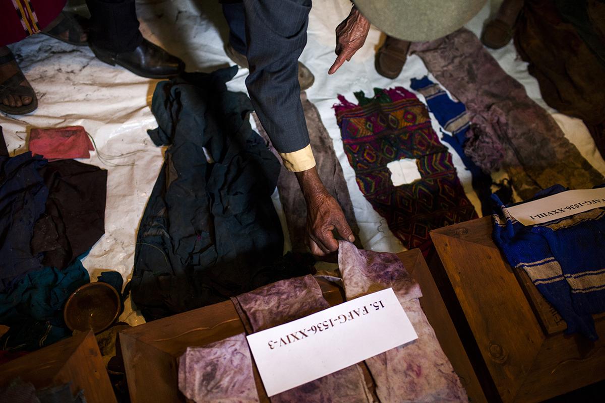 Para muchos padres y madres, la identificación de ropa representó la última esperanza para reconocer a sus hijos fallecidos.