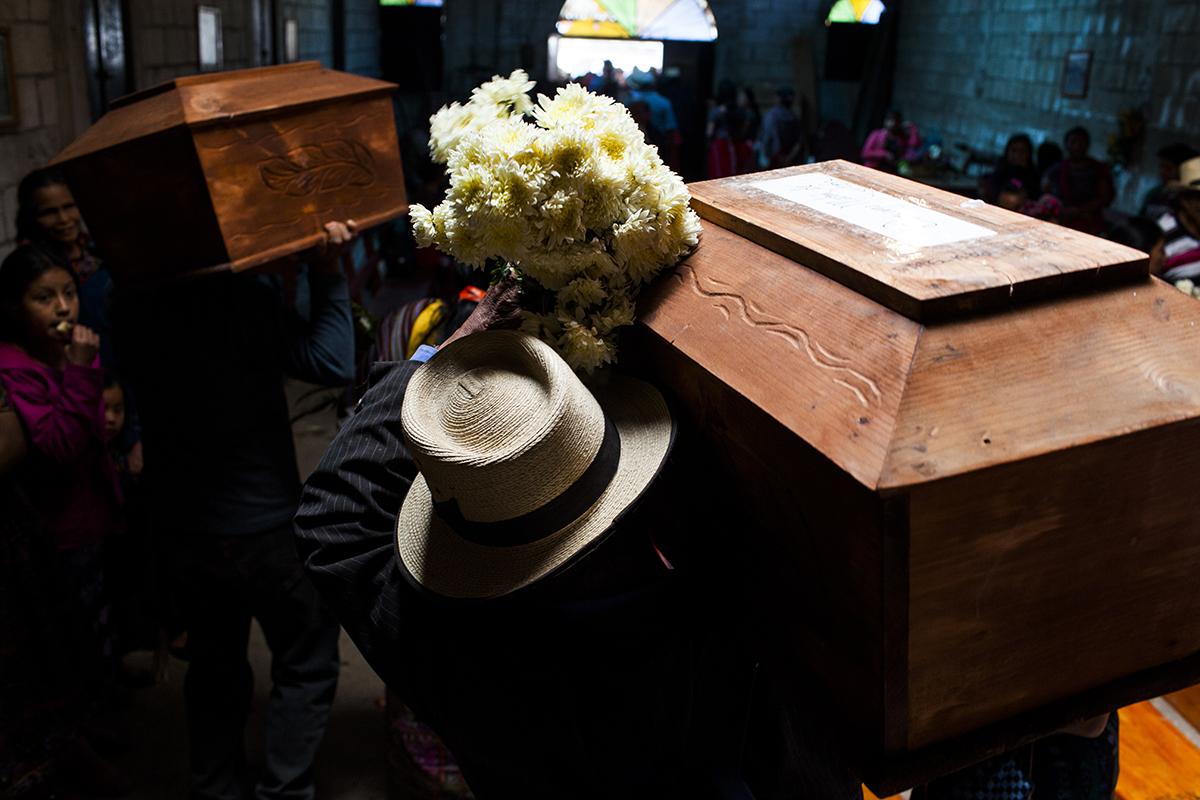 Terminado el proceso de identificación y recomposición de los restos de las víctimas en Nebaj, los ataúdes fueron llevados al salón parroquial de Acul
