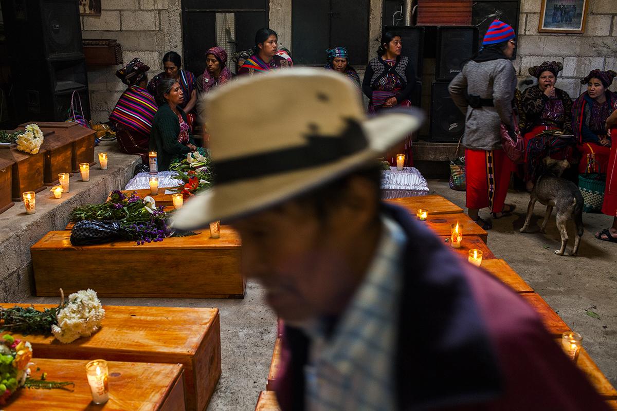 El velorio colectivo en el salón parroquial de Acul que unió a las familias de las 36 víctimas