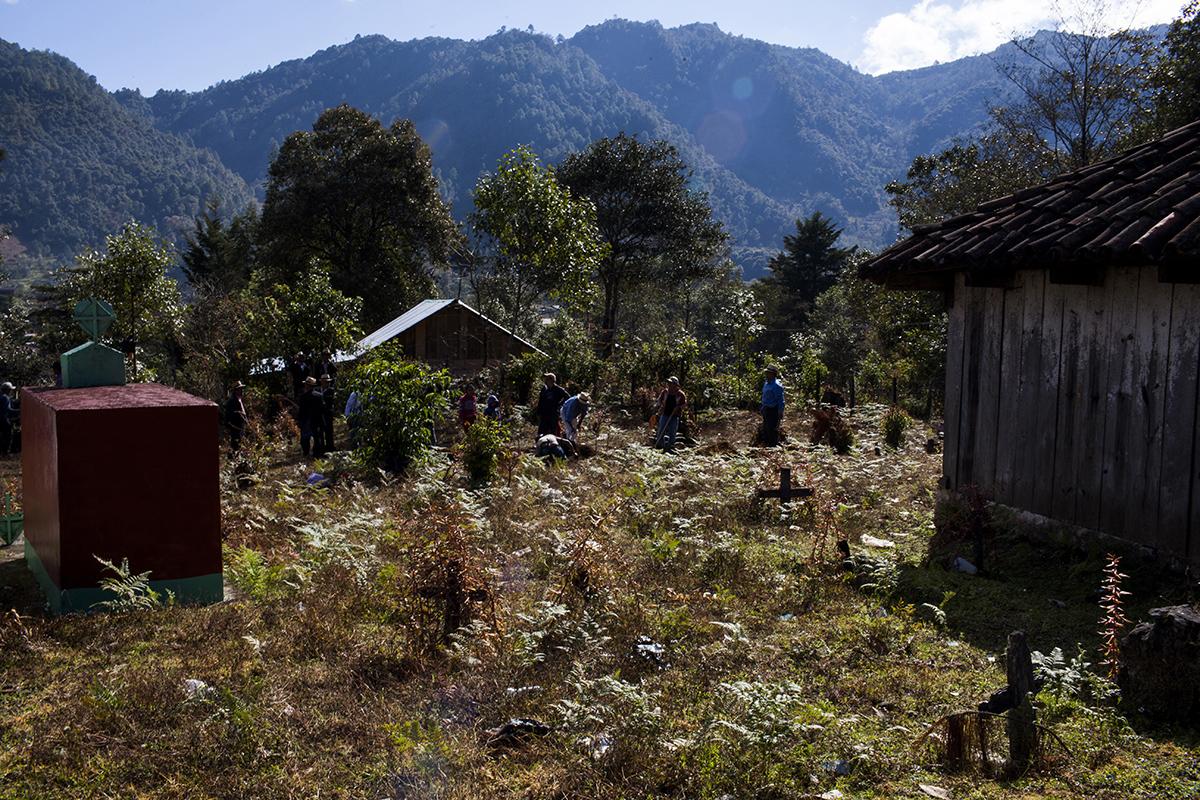 El día siguiente al velorio, los hombres se reunieron en el cementerio de Acul desde temprano para abrir las fosas y preparar el entierro de sus familiares.