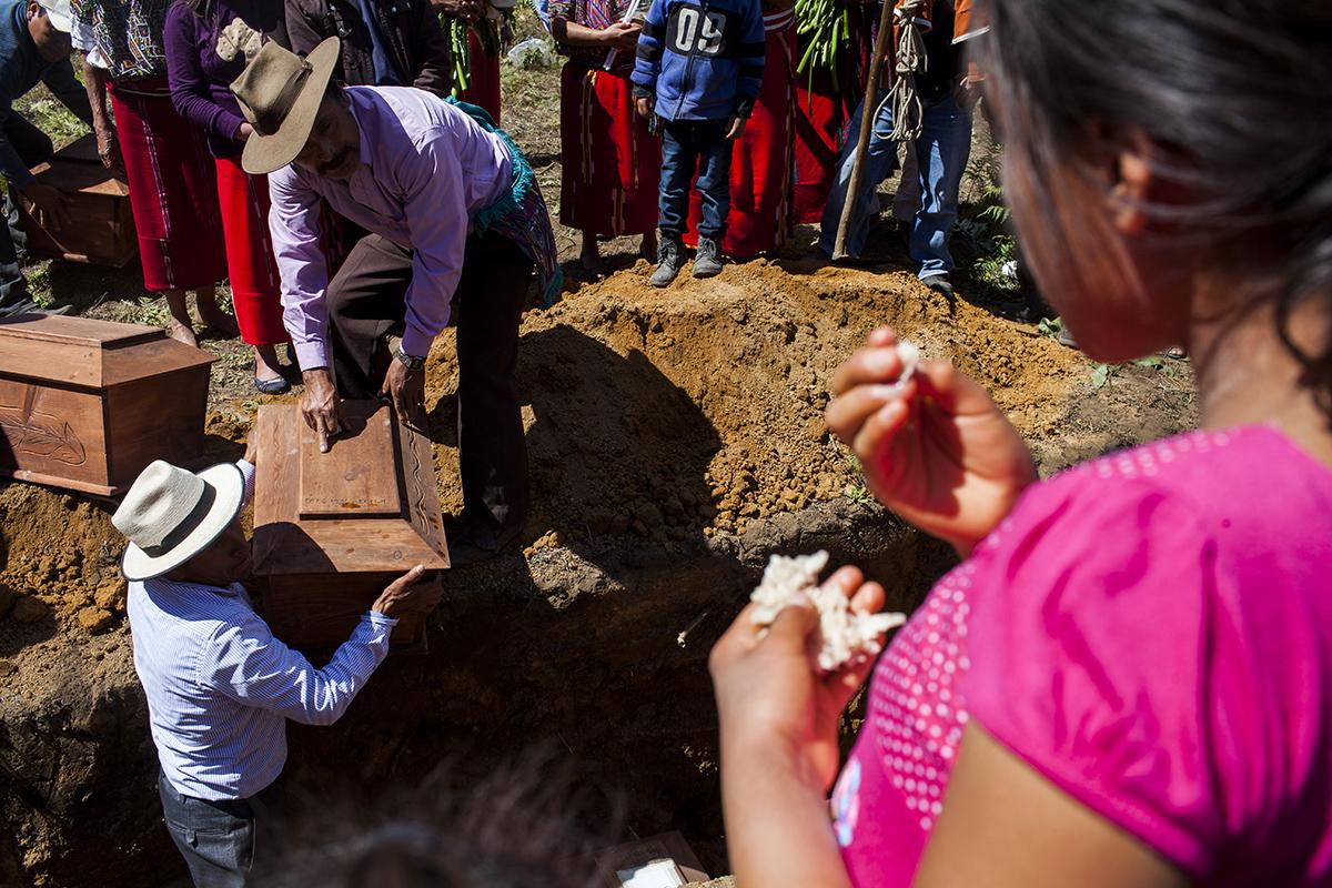 Los pequeños ataúdes con los restos de los niños identificados a través de la exposición de ropa fueron enterrados juntos en la misma fosa. Entre ellos, estaba el de Diego.
