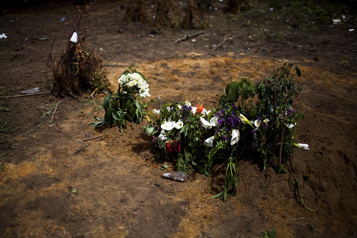 Terminado el entierro, lo que queda en memoria de los niños fallecidos en la montaña de Xexuxcap.