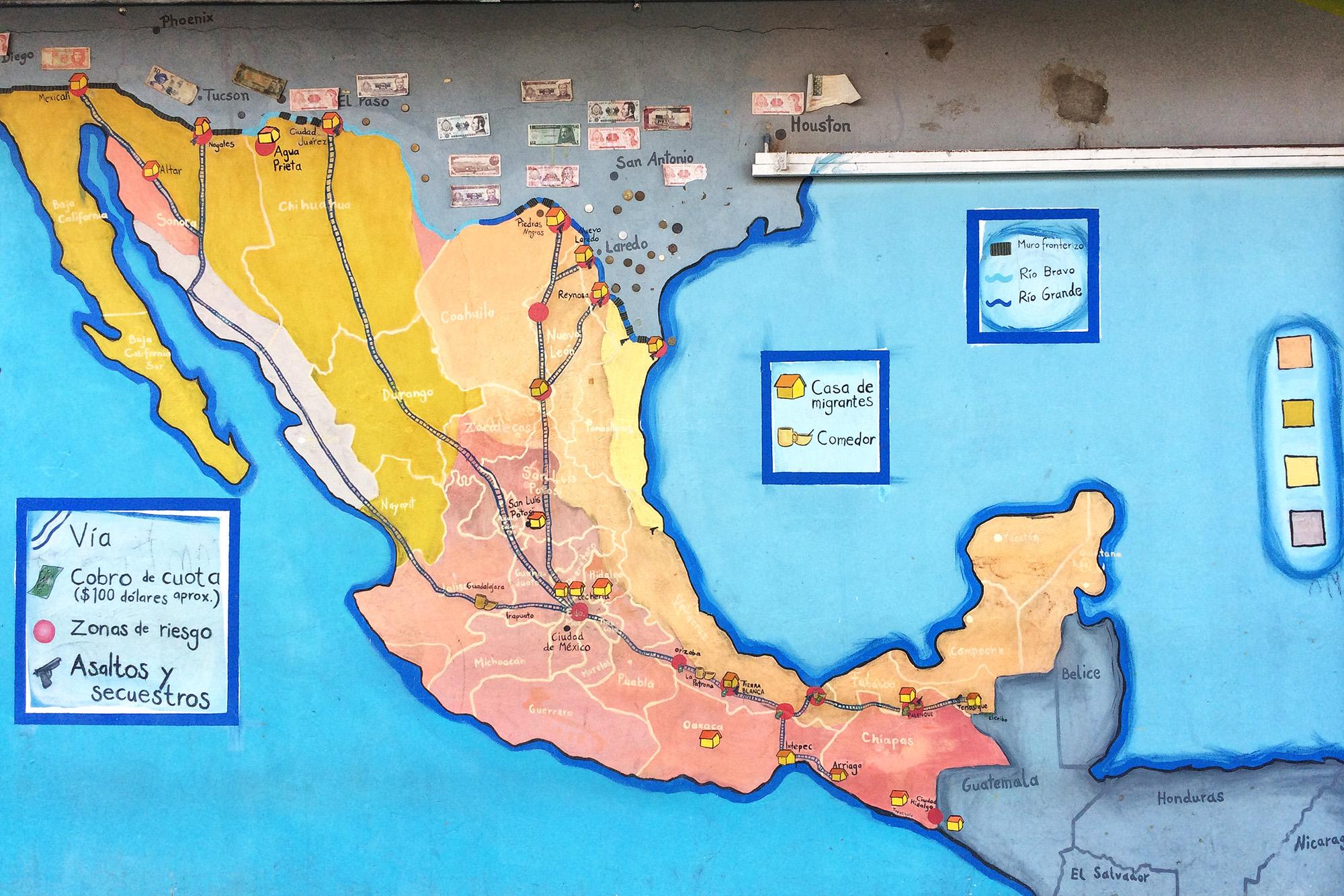 En La 72 se encuentra dibujado un mapa con las distintas rutas migratorias, así como albergues y zonas de riego en México.