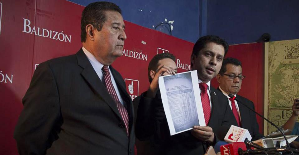 El secretario de comunicación del partido Lider, Fridel de León (centro), asegura que han actuado en el marco de la Ley.