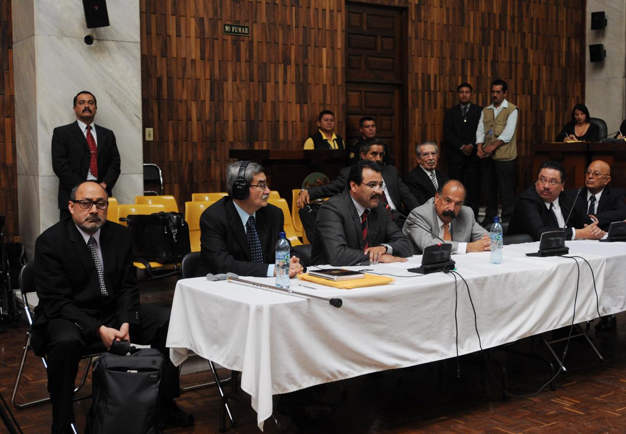 El abogado Moisés Galindo (primero izquierda) durante el juicio por genocidio.