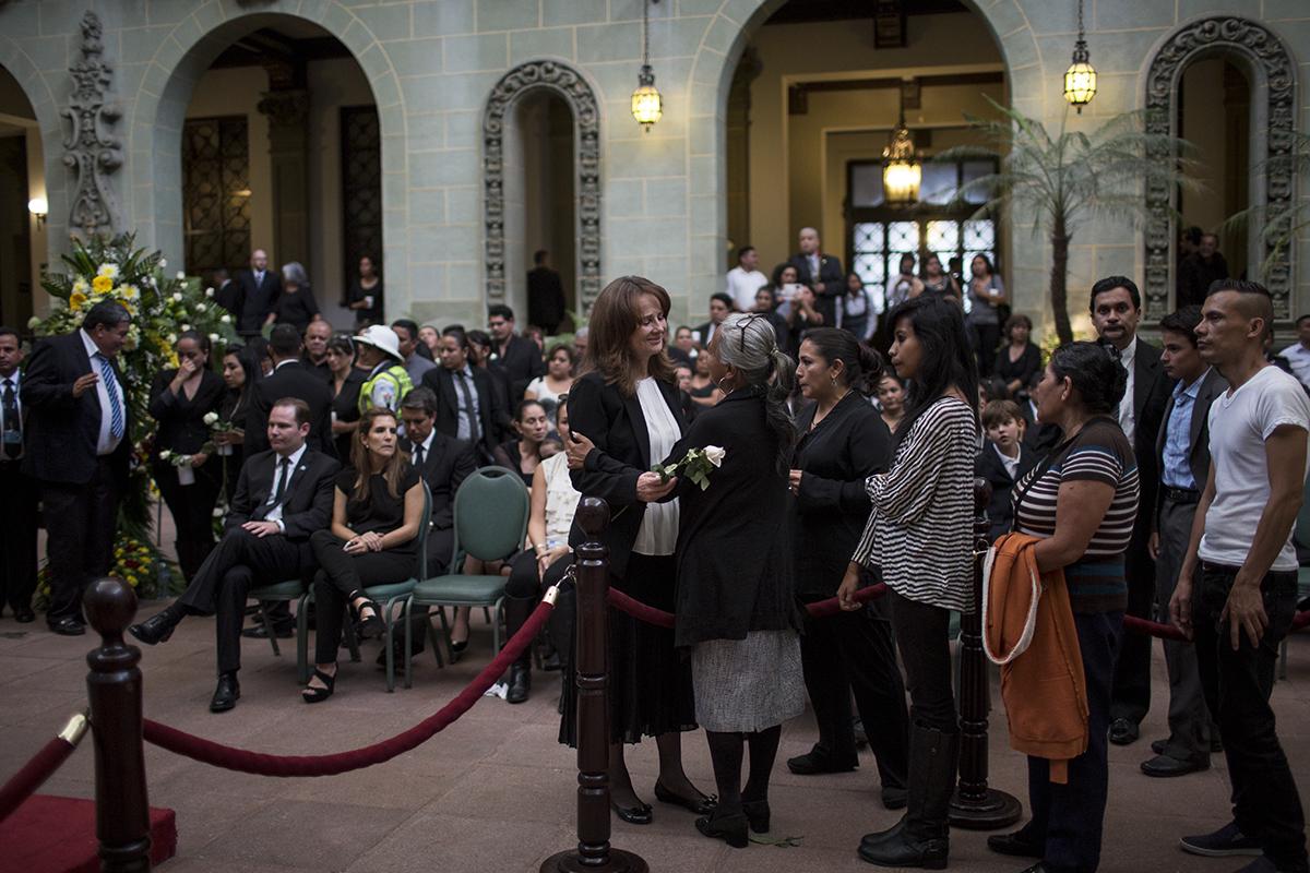 Doña Patricia de Arzú recibe las condolencias de una señora en el Salón de la Rosa de la Paz, el sábado por la tarde