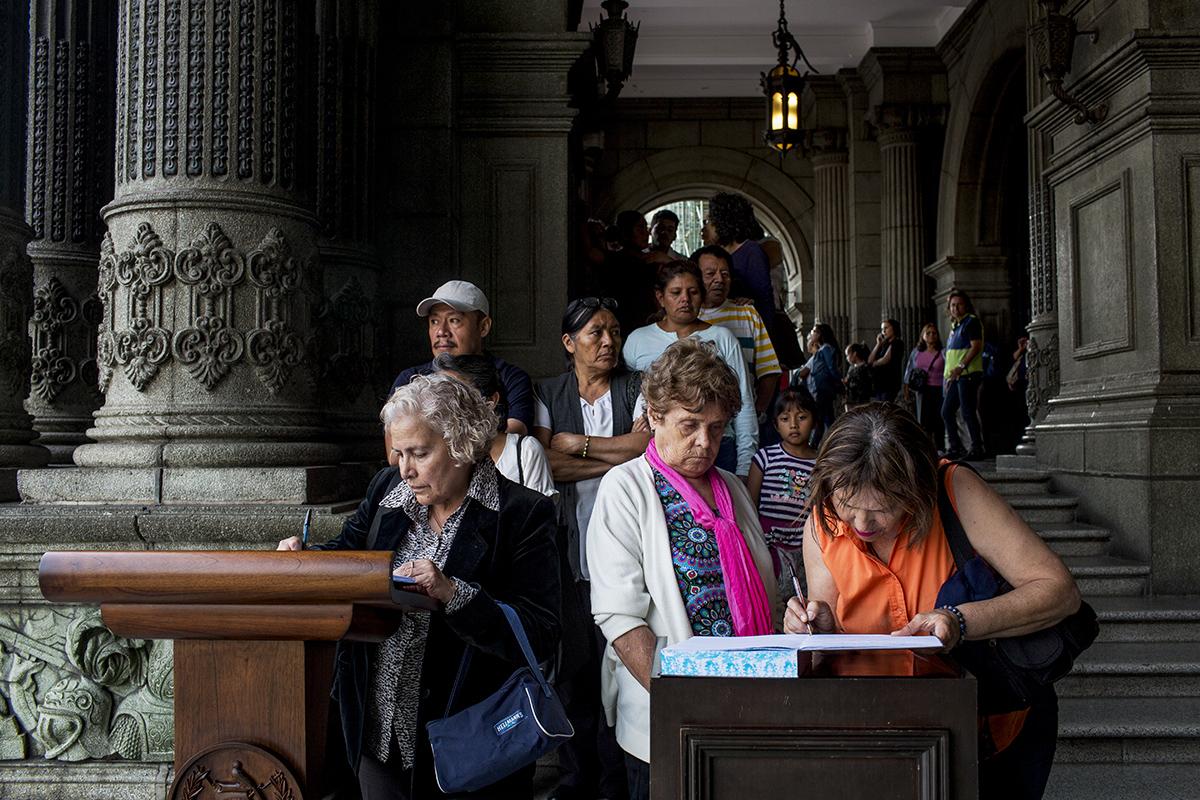 Durante todo el día sábado, se produjo una larga fila de personas que, después haber rendido homenaje al ex alcalde, esperaba el turno para dejar un mensaje de condolencias