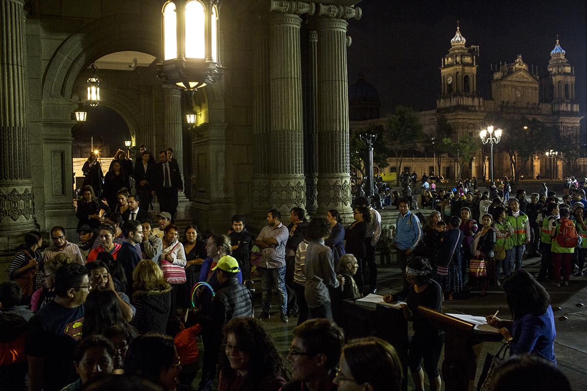 Alrededor de las 20:00 horas del sábado, frente del Palacio Nacional, una larga fila de ciudadanos seguía esperando su turno para brindar homenaje al difunto