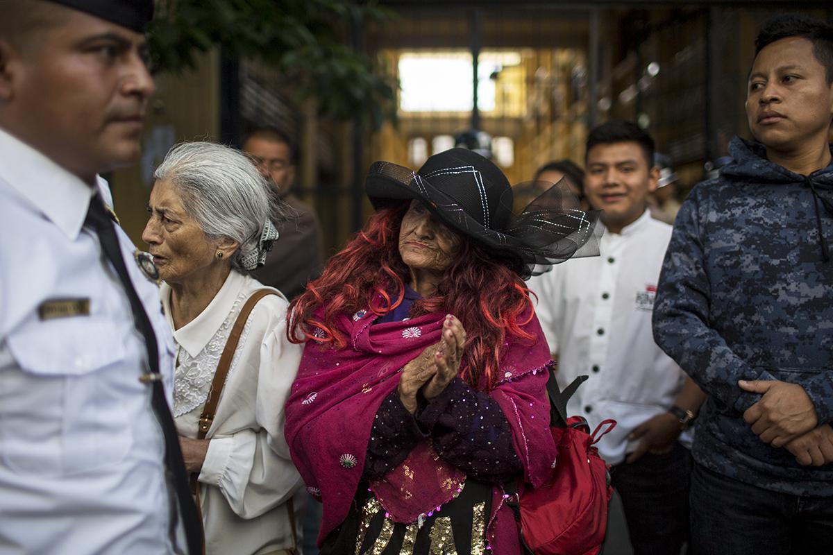 Una señora recibe con aplausos el féretro del alcalde capitalino en la sexta avenida, el domingo por la mañana, en el recorrido que dio desde el Palacio Nacional hasta la sede de la municipalidad.