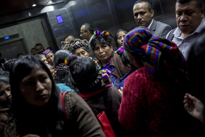 Mujeres ixiles llenan el elevador rumbo al nivel 14 de la Torre de Tribunales, para asistir a la primera declaración del Caso Genocidio 2/Simone Dalmasso