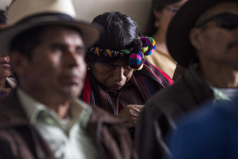 Una mujer ixil observa de reojo la llegada del nuevo imputado/Simone Dalmasso