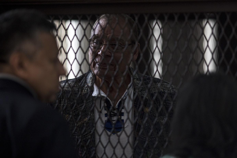 Benedicto Lucas García, ya sentenciado por el caso Molina Theissen, observa la platea desde la carceleta del aula/Simone Dalmasso