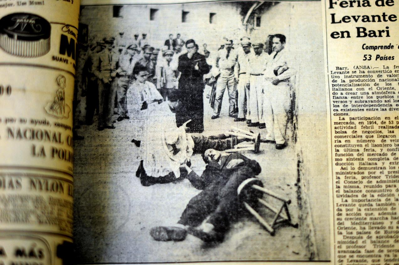 Juan Francisco Pineda García y Margarito Tecún Cuque en el suelo luego de recibir la descarga del pelotón de fusilamiento, que no los mató de inmediato. Recibieron la oración de un sacerdote antes que les dieran el tiro de gracia.