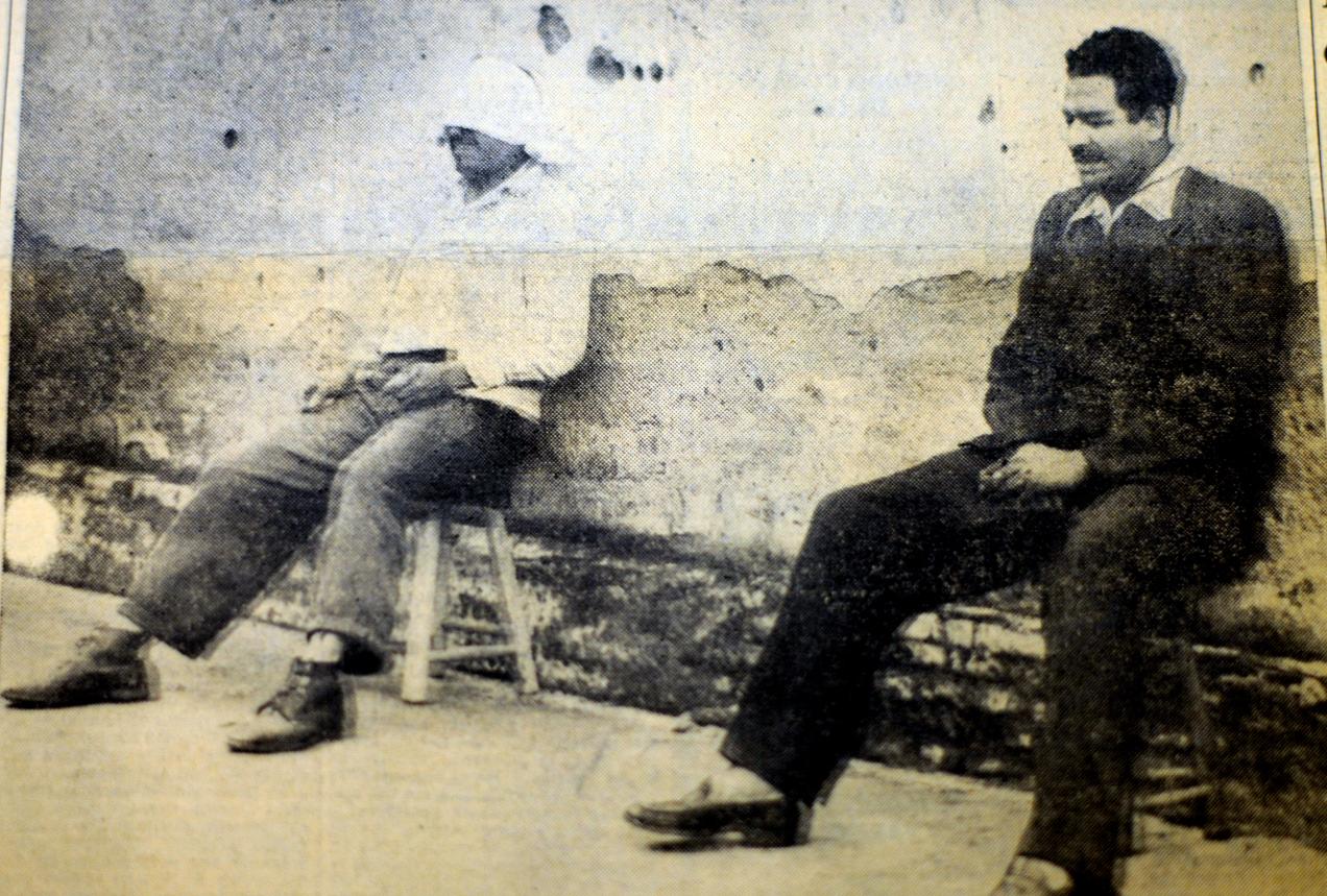 Sobre el paredón de fusilamiento, los reos Margarito Tecún Cuque (izquierda) y Juan Francisco Pineda García.